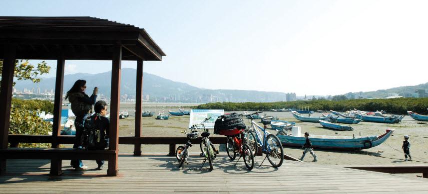 觀海長堤涼亭與魚船
