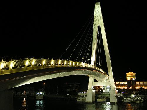 夜間亮燈的情人橋