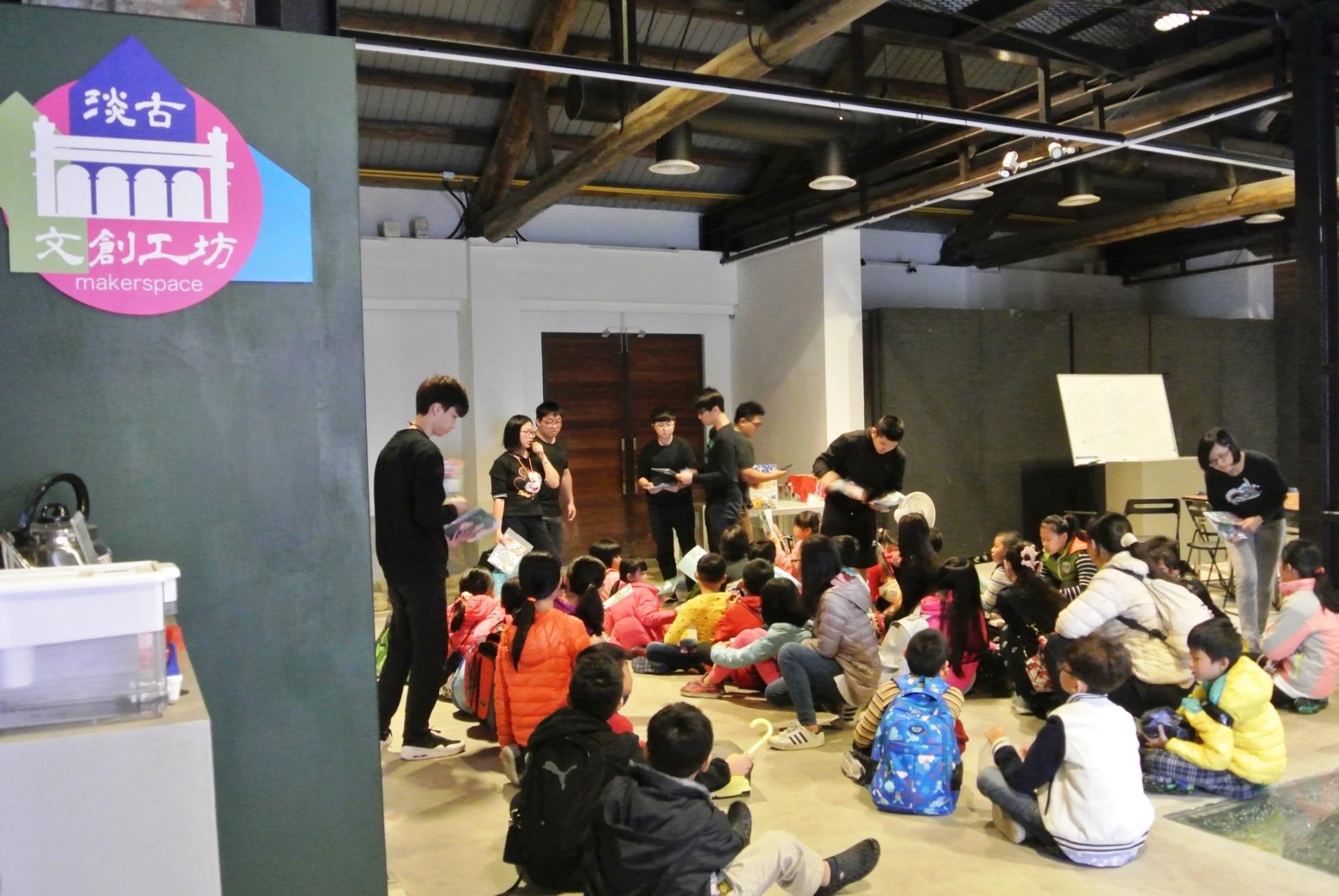 11月18日淡水古蹟夜未眠與淡古文創工坊創客合作,提供孩子體驗3D列印的學習機會。