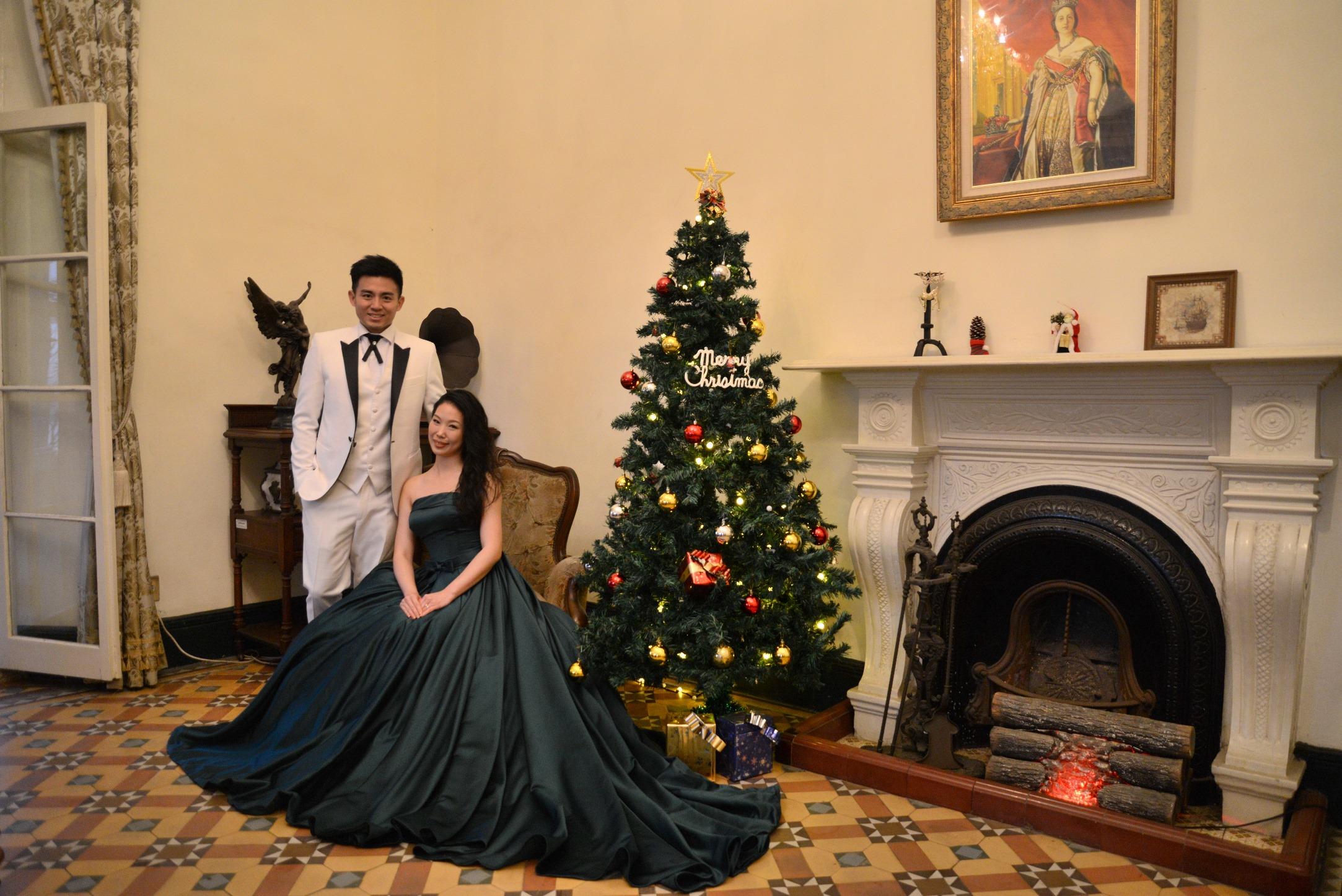 耶誕節即將到來,官邸的壁爐旁也設置耶誕樹,有濃濃的節慶氛圍。