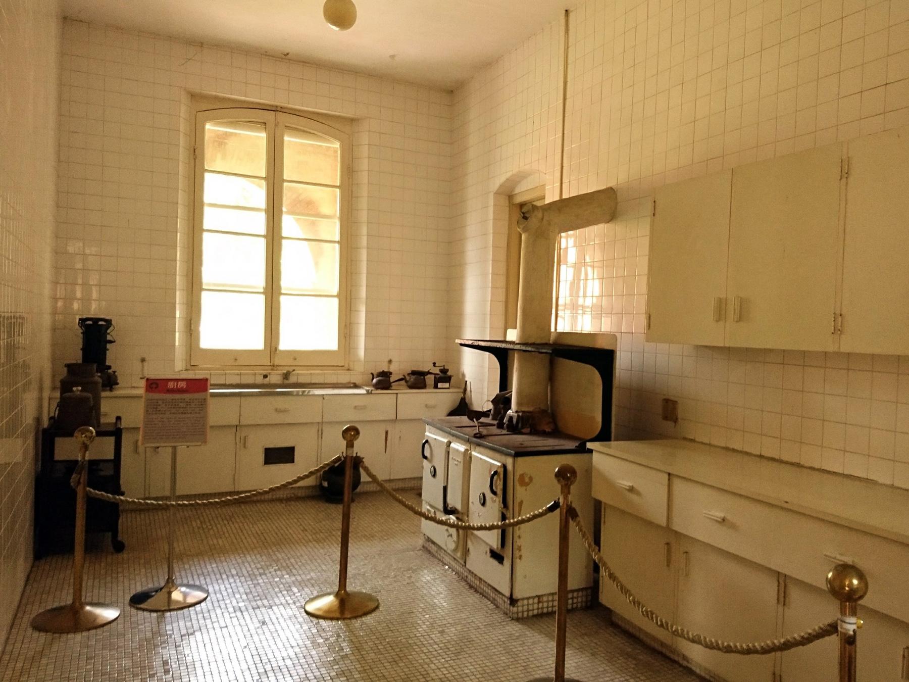英國領事館最後一任秘書長蔡益彰先生女兒蔡丹暉女士憶及領事館廚房擁有全臺罕見的冰箱。