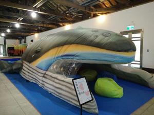 巨型充氣鯨魚