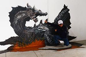 遊客開心與淡江高中3D彩繪作品合影。