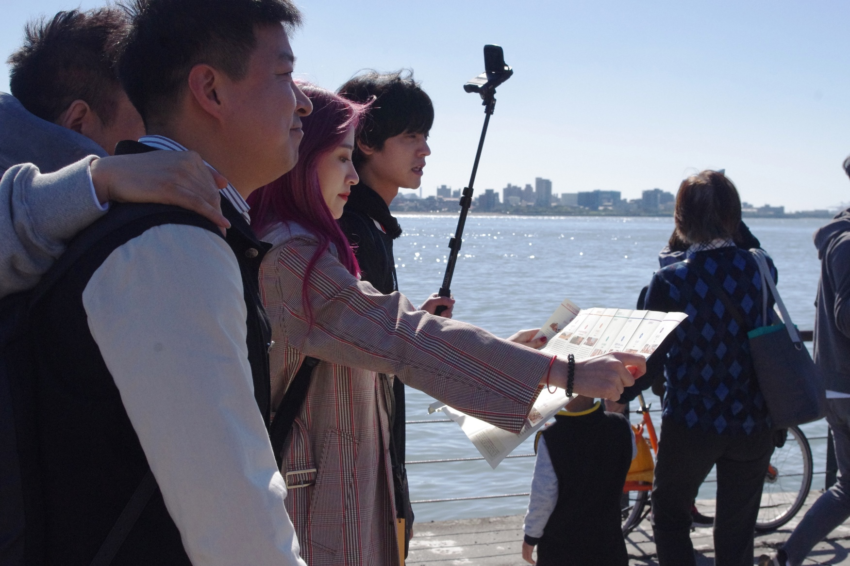南韓女團EXID人氣成員哈妮手裡拿著文化局所出版的韓文版文化地圖。
