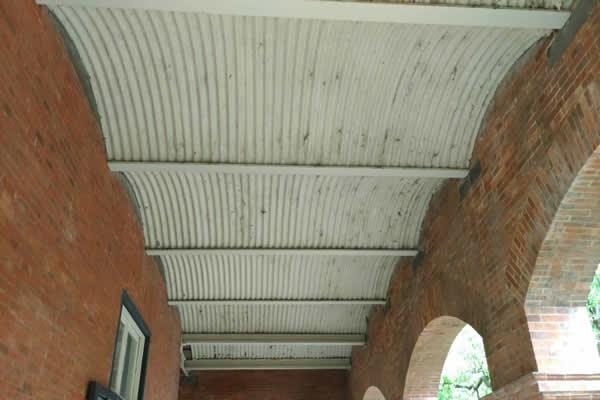 철재아이빔(I beam)과 물결 모양의 마루판
