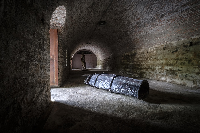 鐵水泥-裴靈、江宜瑾、黃仲傑聯展作品,從甬道的空間特性、軍用品為發想創作。
