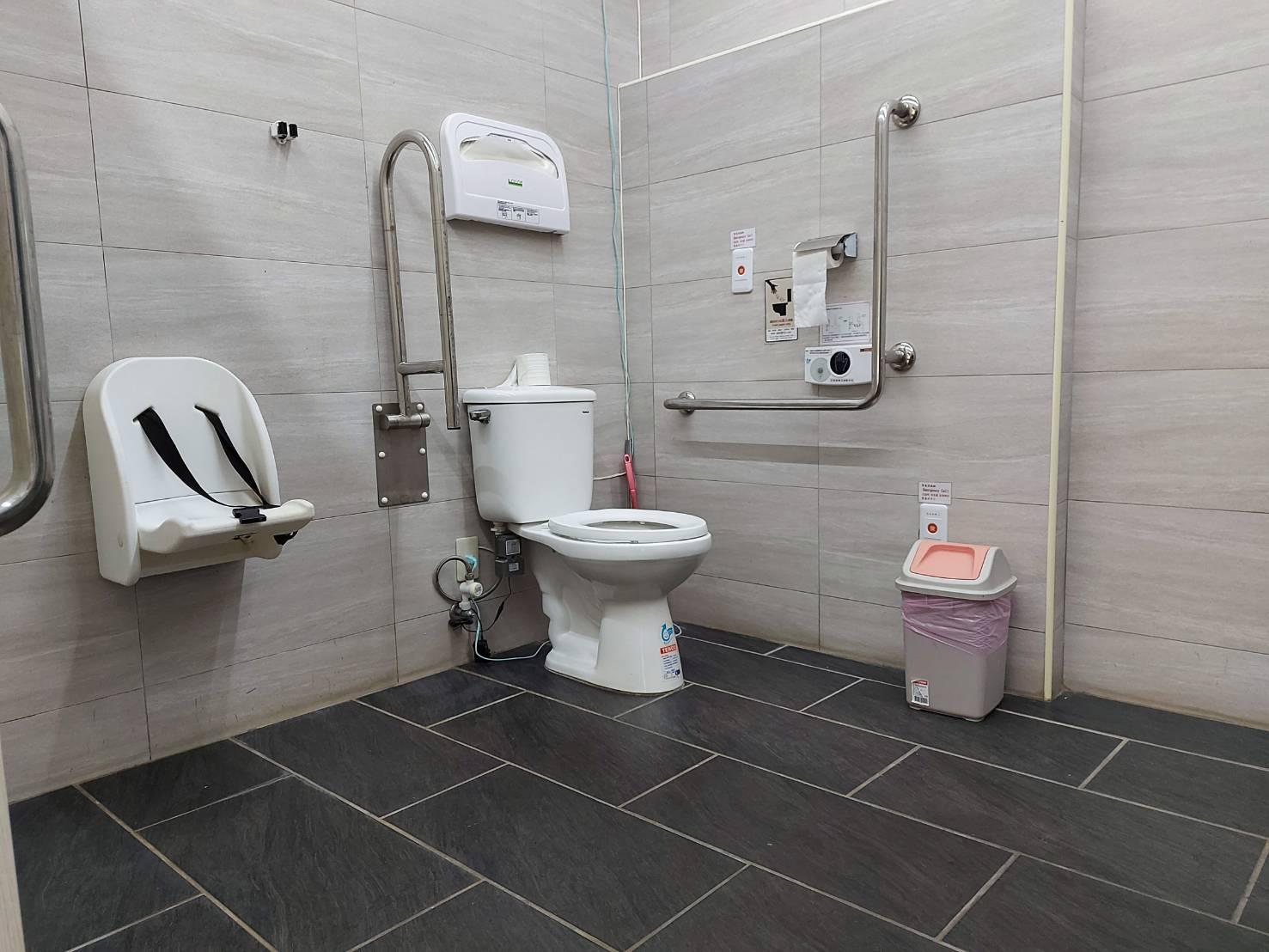 紅毛城園區紅城小舖旁無障礙廁所