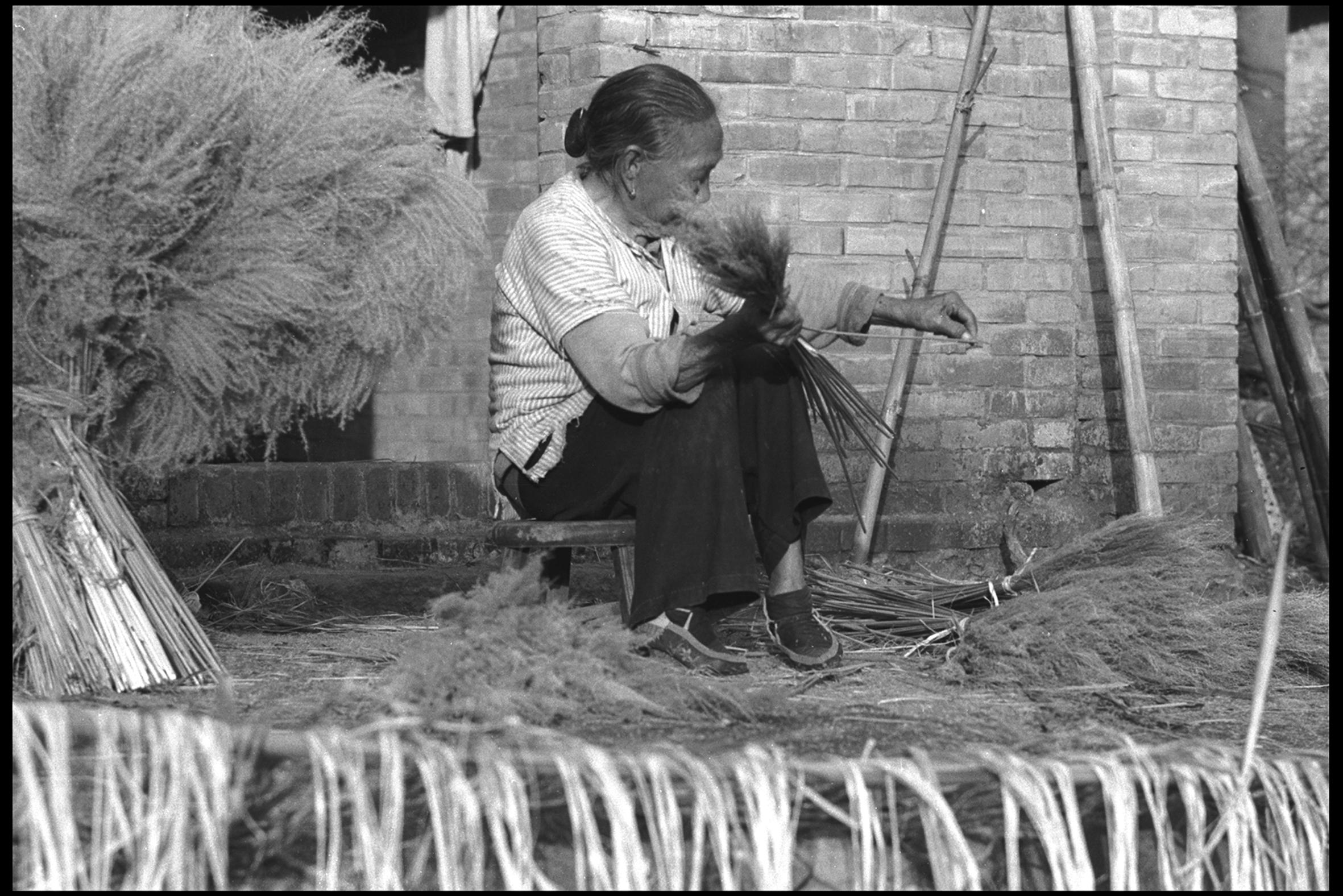 纏腳姥姥綁掃帚,1969.12