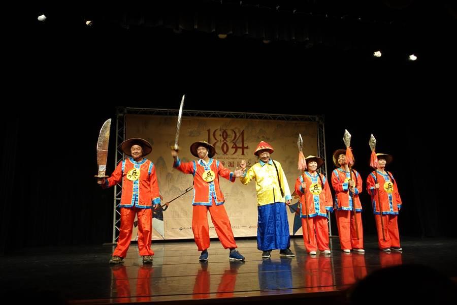 「戰祭1884」戶外史詩劇團員熱力演出片段內容,精彩的表演與精湛的演技,令人眼睛為之一亮。(戴上容攝)
