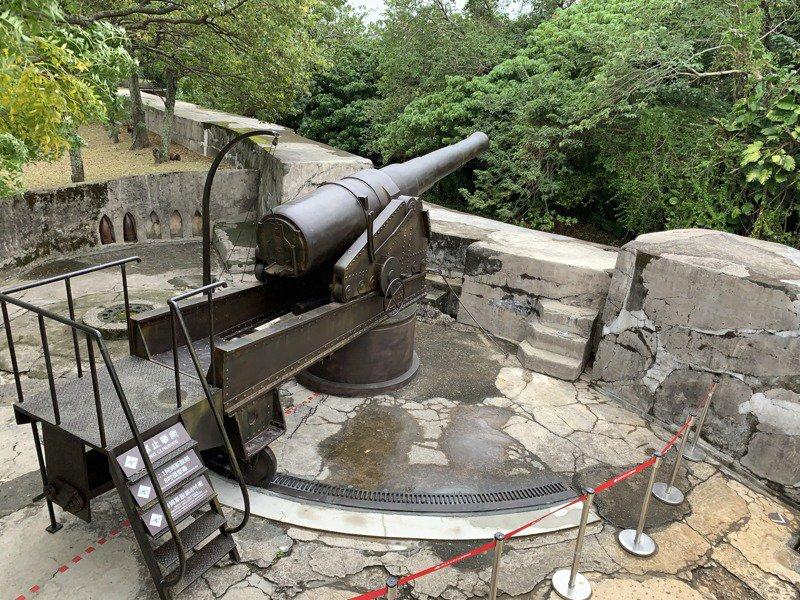 新北市淡水古蹟公園知名的滬尾礮臺,日前復刻8吋阿姆斯脱朗後膛砲,作為歷史標記,現在開放參觀。記者洪哲政/攝影