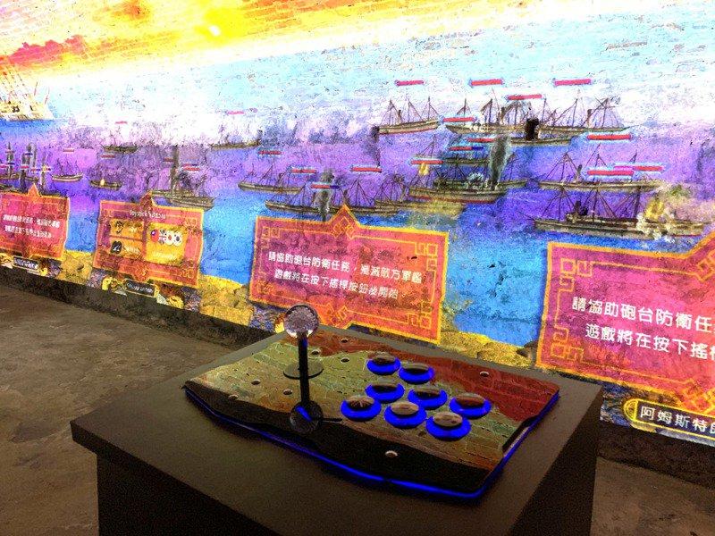 園區還在營舍清法戰爭展間VR體驗區規劃砲擊法軍電玩,民眾可推動搖桿模擬使用四種火砲攻擊水線上的外國艦艇。記者洪哲政/攝影