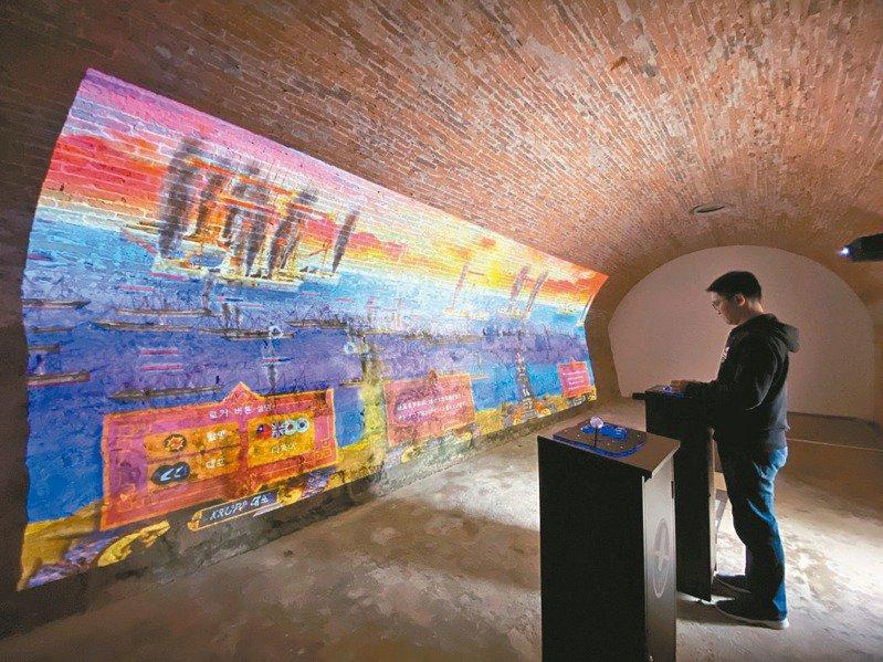 今年是清法戰爭135周年,淡水古蹟博物館除在滬尾砲台,復刻7公尺的的阿姆斯脫朗8吋砲,還在砲台兵房引進AR擴增實境搖桿遊戲。 記者魏翊庭/攝影