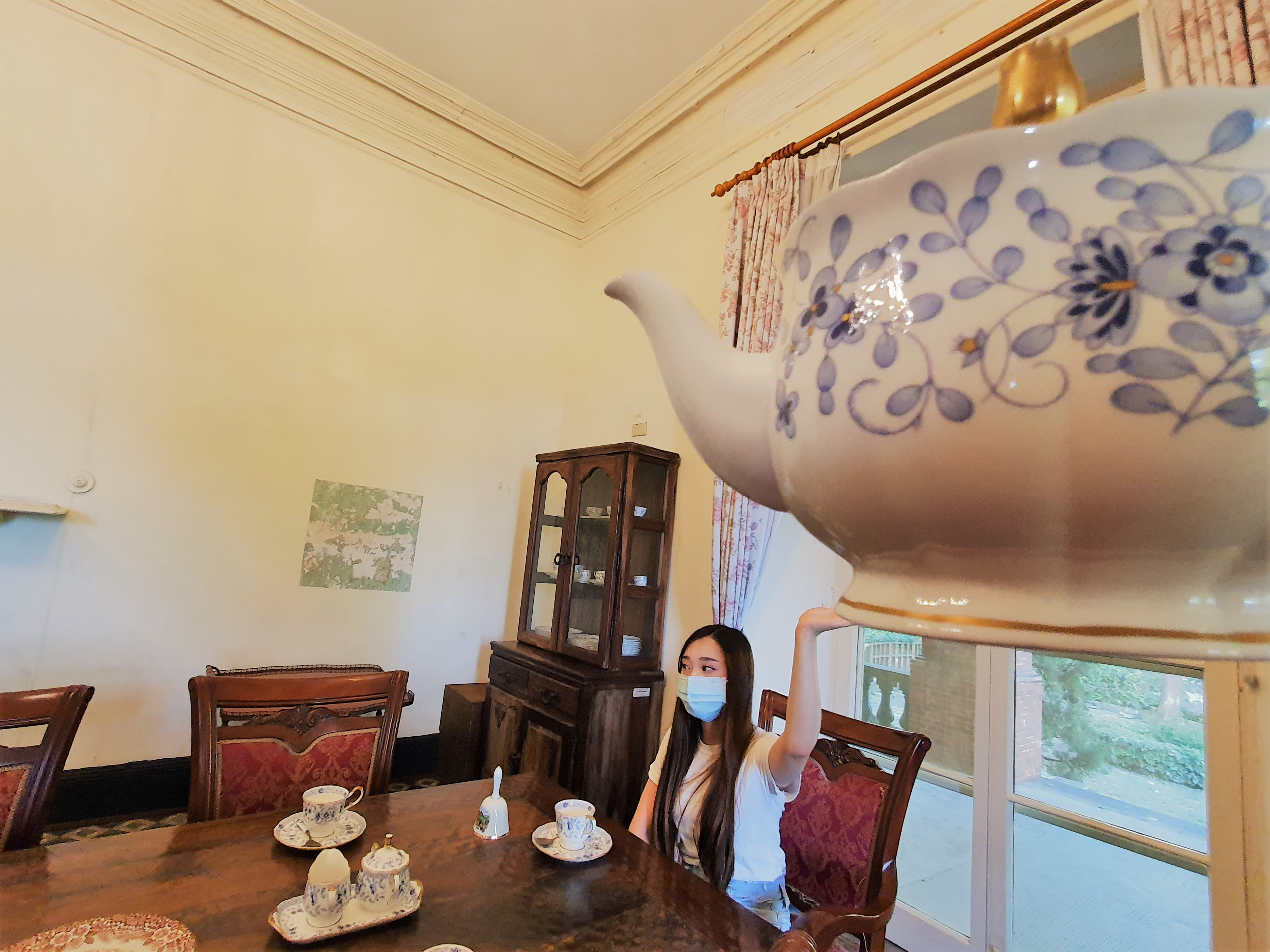 泥是小小大力士,我把茶壺舉起來了!